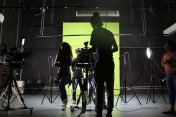 Jovens conhecem a produção audiovisual e o estúdio com o técnico Mateus Paiva