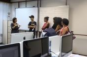 A professora Márcia Costa apresenta o laboratório de Planejamento Visual